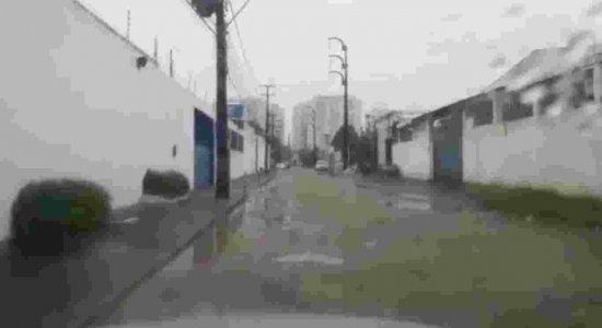 Buracos impedem tráfego de veículos na Imbiribeira
