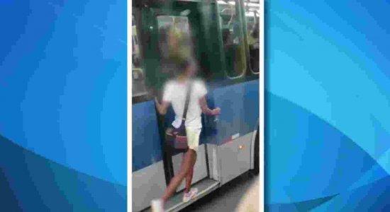 Vídeo: Jovem se pendura em BRT e brinca com o risco de queda