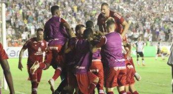 Jogadores festejaram no gramado o gol de Álvaro.