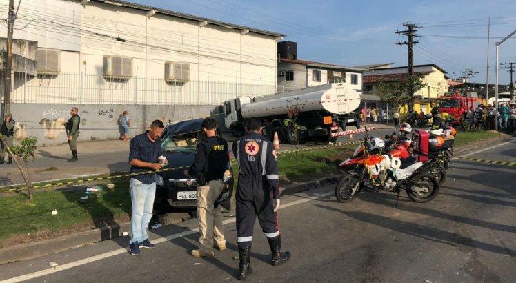 Acidente entre caminhão e três carros deixa mulher morta e 8 feridos