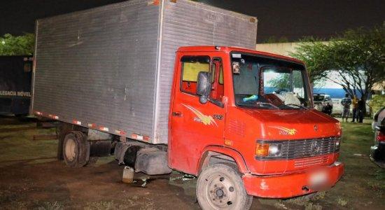 Caminhão é interceptado e motorista é feito de refém em Caruaru