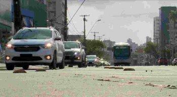 Segundo os pedestres, além das irregularidades no local também correm risco