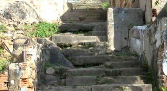 Moradores reclamam de situação de escadaria do Monte Bom Jesus