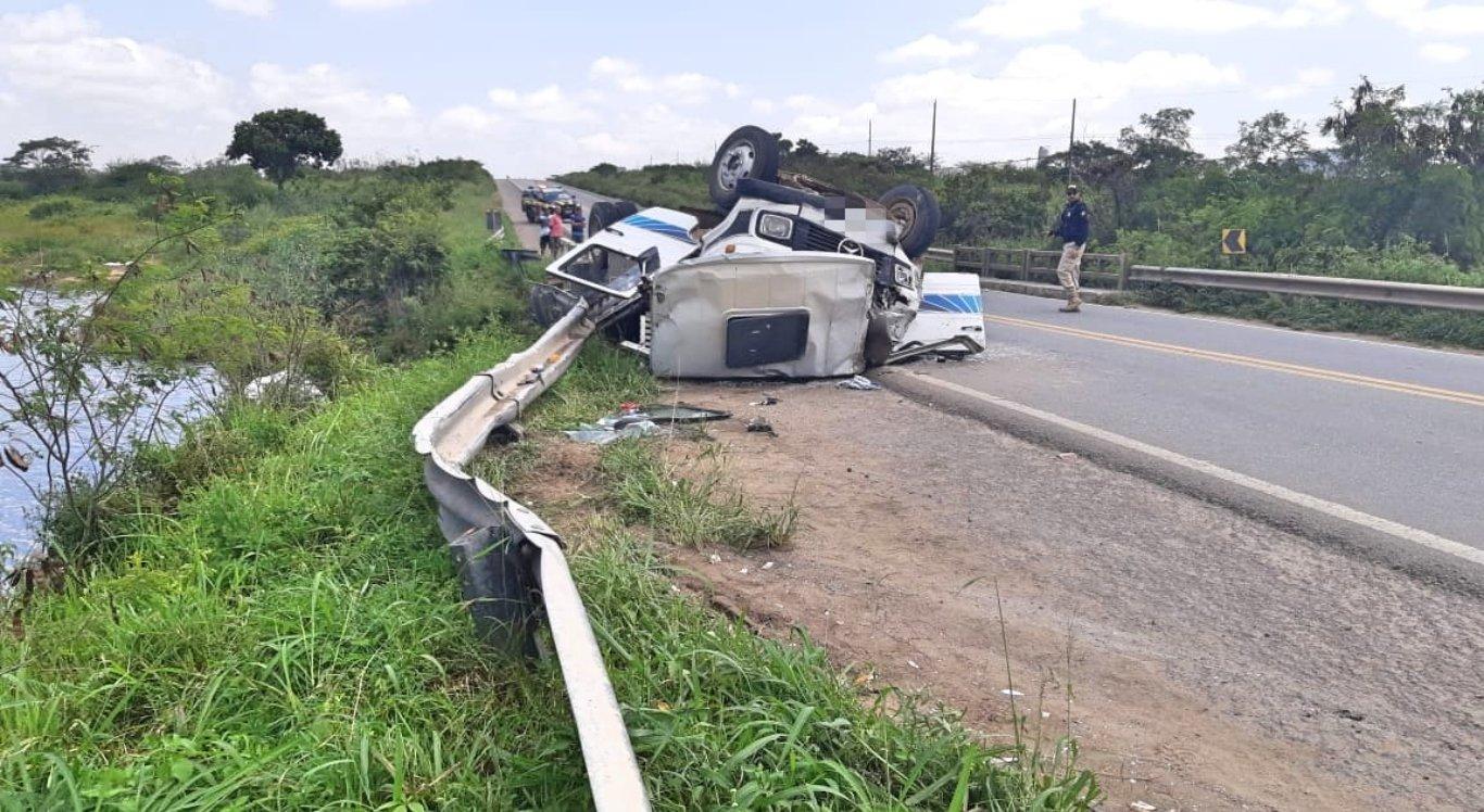 Caminhão capotou em Belo Jardim