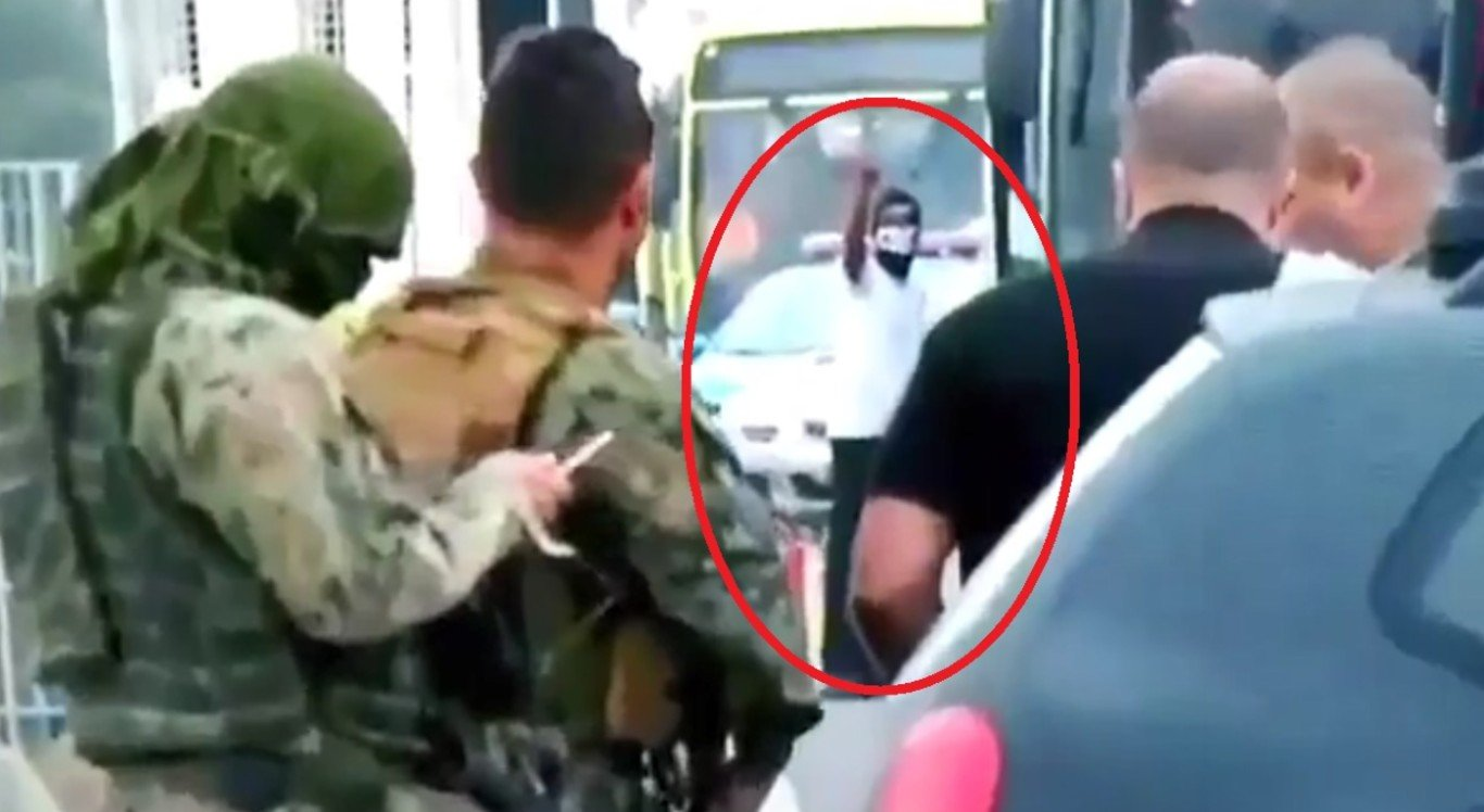 Um vídeo divulgado nas redes sociais flagrou o momento em que o sequestrador é atingido por tiros