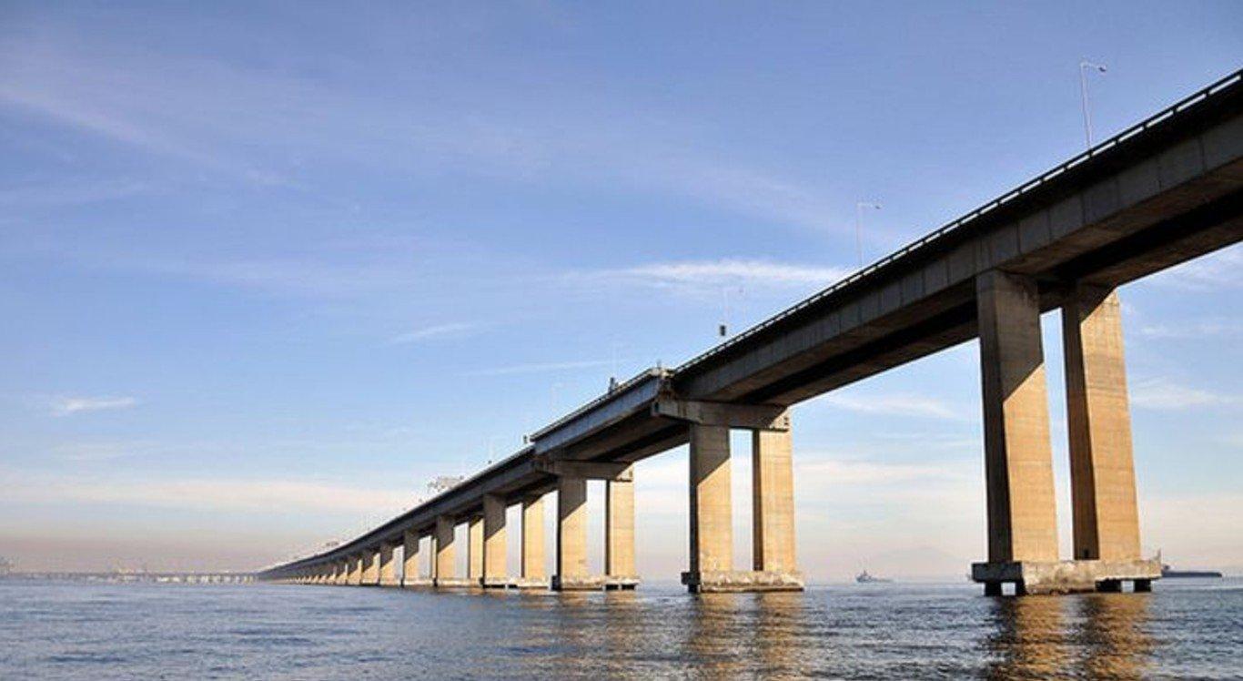 Passageiros de um ônibus estão sendo feitos reféns na Ponte Rio-Niterói
