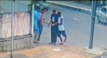 Em julho, o homem foi filmado roubando uma mulher