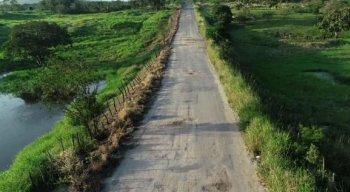 O descaso para com a estrada de acesso a São Joaquim do Monte não é um bom cartão de visitas para os turistas