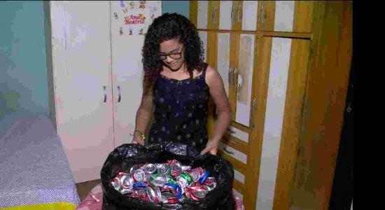 Menina recolhe e vende latinhas para realizar sonho