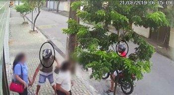 Eles foram flagrados por câmeras de segurança.
