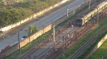 Um trem parou entre as estações Tancredo Neves e Shopping da linha Sul