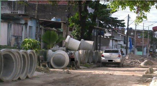 Moradores denunciam obra abandonada no bairro de Prazeres