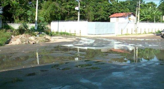 Lama e buracos dificultam trânsito em Olinda