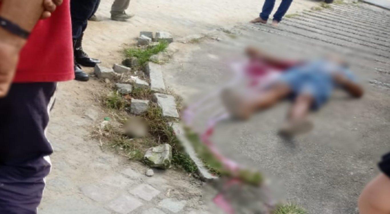 As vítimas foram mortas a tiros por suspeitos em um veículo