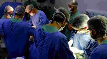 Após o procedimento cirúrgico, a equipe médica irá acompanhar a reação da vítima para decidir o próximos procedimentos.