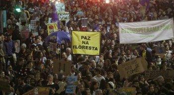 Manifestantes durante protesto em defesa da Amazônia no centro do Rio de Janeiro