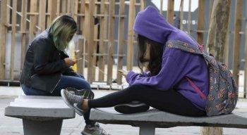 A OMS estima que pelo menos 60 milhões de brasileiros convivem com a dor gerada pela má postura ao manusear os smartphones