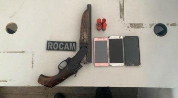 Com os suspeitos, foram apreendidas quatro munições, uma espingarda calibre 12 e quatro celulares