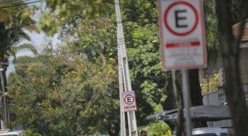 Para que houvesse a mudança, a CTTU pintou o meio-fio de amarelo e implantou placas de sinalização para alertar os condutores