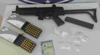 O homem foi autuado por tráfico de drogas, porte ilegal de arma de fogo e receptação.