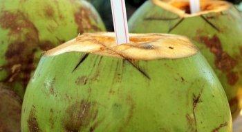 Embora nutritiva a água de coco contém açucares, calorias e vitaminas que são restritas para certos tipos de doenças