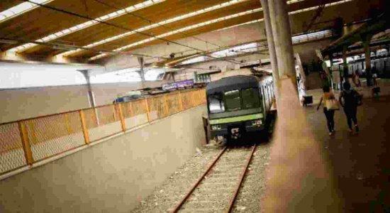 Falha elétrica interrompe tráfego do metrô e dificulta passageiros