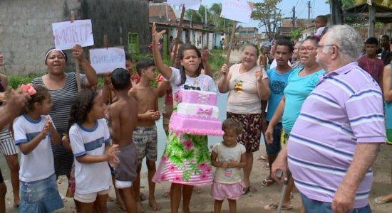 Moradores 'festejam' aniversário de 20 anos de buraco