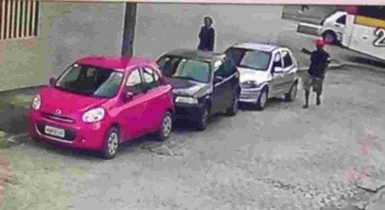 Câmeras de segurança registram casal suspeito de assalto