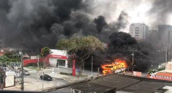 Três ônibus pegam fogo no Grande Recife em menos de 15 dias