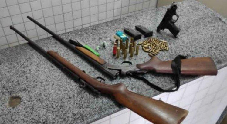As armas e drogas foram apreendidas com os suspeitos que confessaram outro local de esconderijo aos policiais