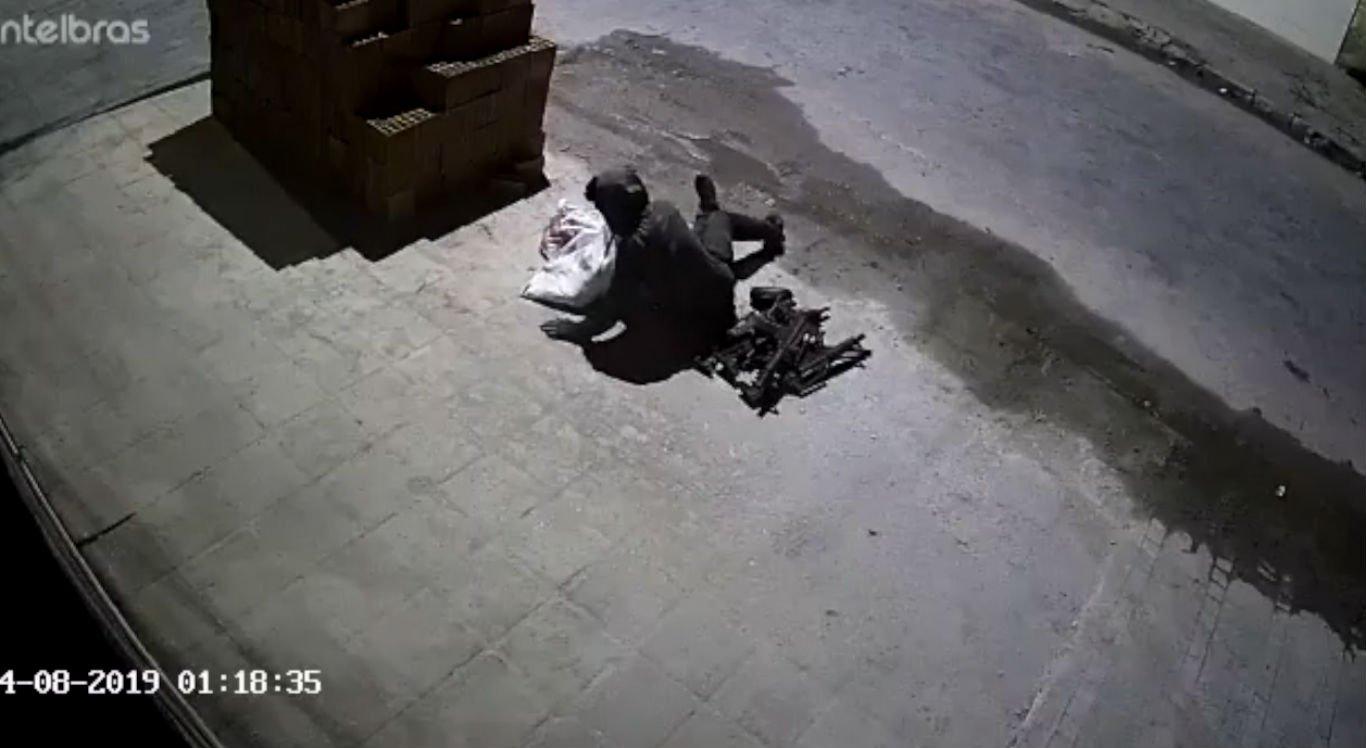 Câmeras de segurança mostraram suspeito saindo com armas
