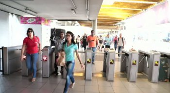 Passageiros circulam normalmente na Estação do Metrô do Recife