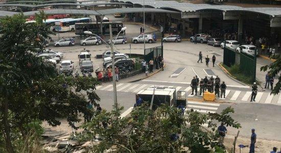 Operação retira comércio informal do Terminal Integrado do Barro