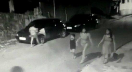 Vídeo mostra criança sendo assaltada na Guabiraba