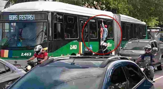 Vídeo: BRT trafega com porta aberta por causa de lotação