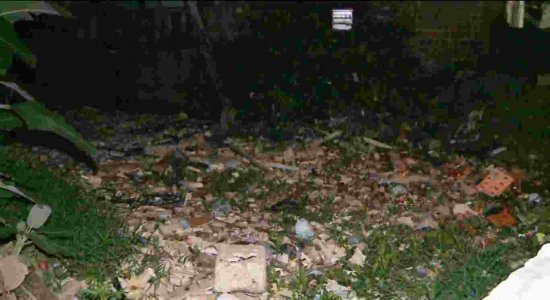 Acúmulo de lixo faz canal em Jaboatão dos Guararapes transbordar