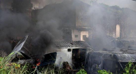 Incêndio atinge depósito da Prefeitura do Recife em Olinda