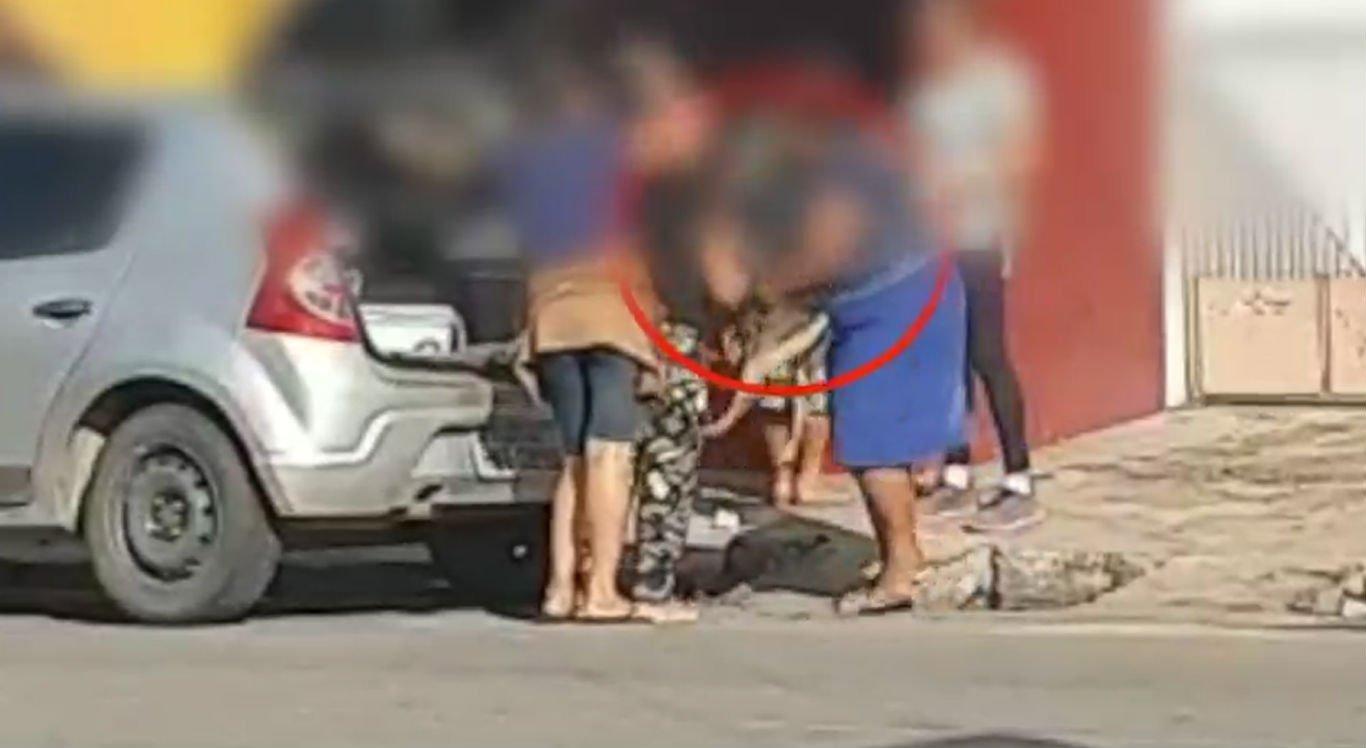Vídeo flagrou momento em que cachorro foi colocado no porta-malas de carro