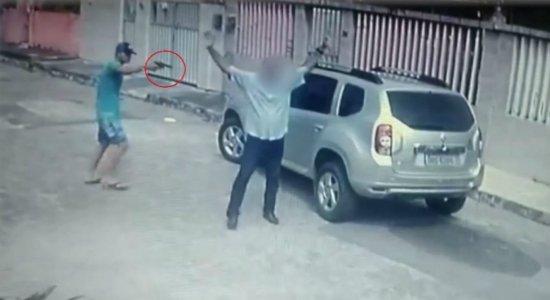 Vídeo: em abordagem violenta, administrador é assaltado na Zona Oeste