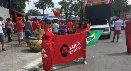 Apoiadores do Partido dos Trabalhadores presentes ao redor do Mercado de Casa Amarela