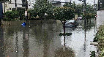 Chuva causa alagamentos no Recife nesta segunda-feira (2)