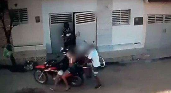Suspeitos chegam de motocicleta já com arma em punho