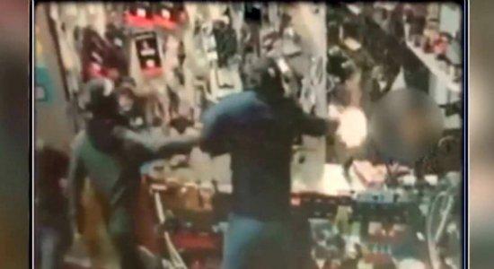 Vídeo mostra homens invadindo loja e matando dono no Curado