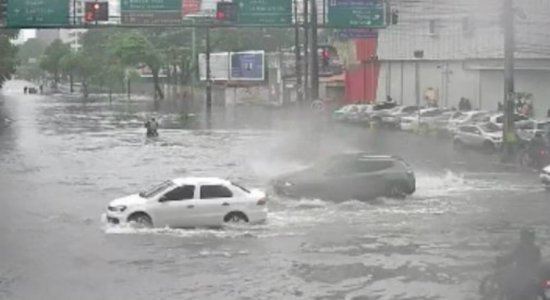 Vídeo: canal da Avenida Agamenon Magalhães transborda