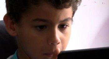 Todo o conteúdo que Antônio, de 7 anos, consome na internet, é monitorado pela mãe