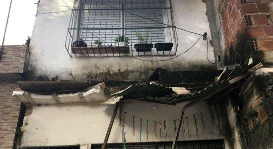 Caminhão de lixo perde controle e atinge casa no bairro do Fundão