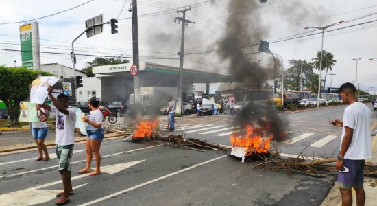 Protesto contra morte de vigilante bloqueia Avenida Olinda