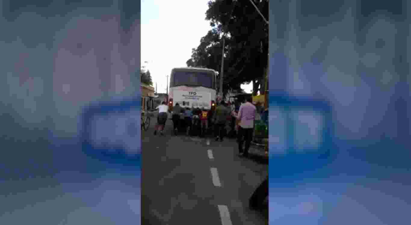 Vídeo mostra supostos pacientes de Santa Cruz empurrando carro de TFD.