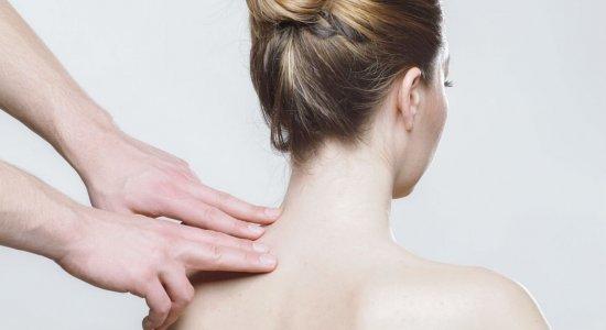 Fisioterapeuta dá dicas para aliviar dor nas costas