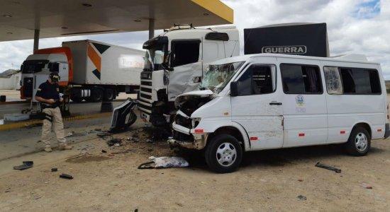 Colisão entre carreta e van deixa 9 pessoas feridas em Arcoverde